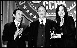 Il medico italiano Giorgio Antonucci (al centro) riceve il premio internazionale per i Dirittti Umani del CCDU dagli attori Francisco Quinn e Juliette Lewis.